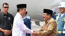 Saat Pakde Karwo Setia Dampingi Jokowi Kunjungan di Jombang