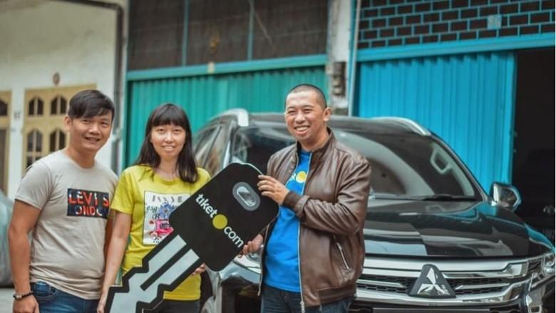 Pemenang Mitsubishi Pajero, Novita, dalam program FantasTIX Point tiket.com (Foto; Dok tiket.com)