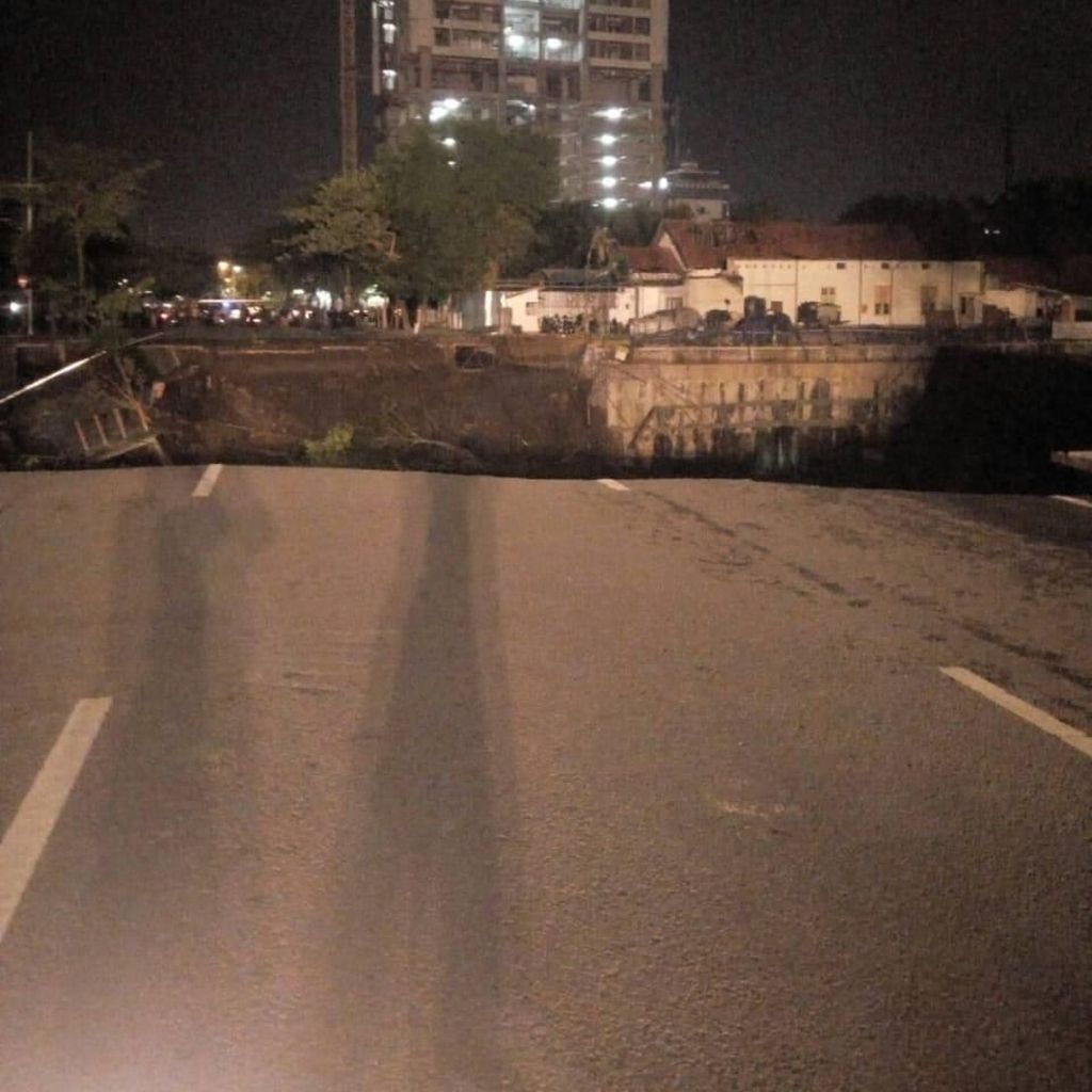 Crane di dekat RS Siloam Surabaya Ambruk, Akses Jalan Tertutup