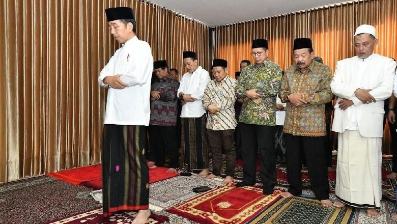 Kunjungi Ponpes Darul Ulum Jombang, Jokowi Imami Salat Zuhur