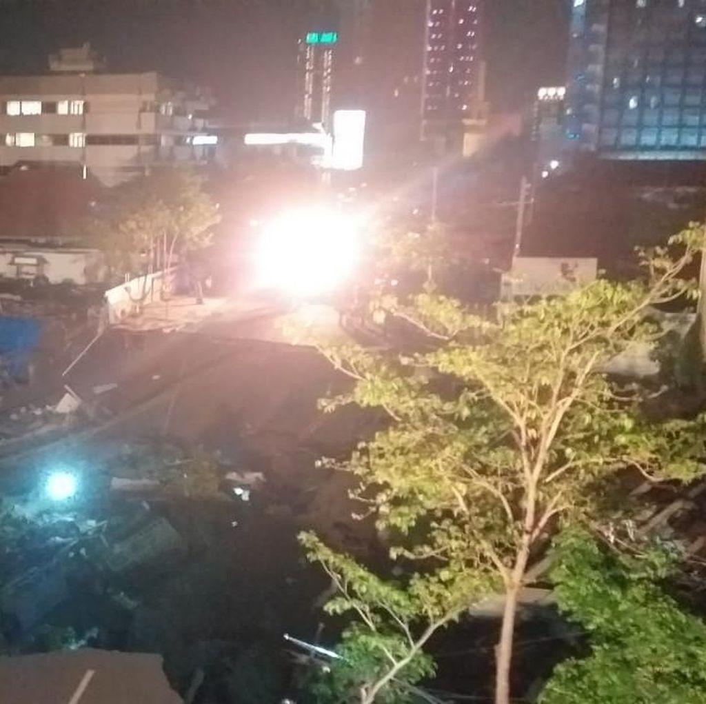 Saksi: Pengendara Berlarian Sebelum Tanah Jalan Gubeng Amblas