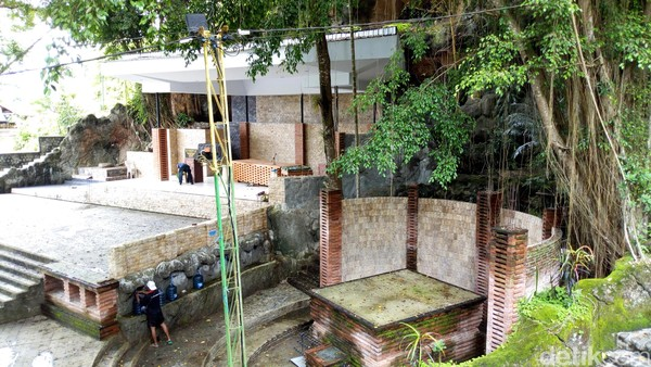 Berjarak 32 kilometer dari pusat Kota Ponorogo ke arah timur, Gua Maria Fatima setiap hari dibuka untuk umum. Setiap pengunjung diperbolehkan mengunjungi tempat ini secara gratis. (Charolin Pebrianti/detikTravel)