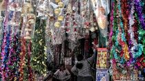 Serunya Berburu Pernak-pernik Khas Natal di Pasar Asemka