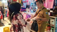 Dinas LH DKI Gelar Operasi Tukar Kresek di Pasar Kramat Jati
