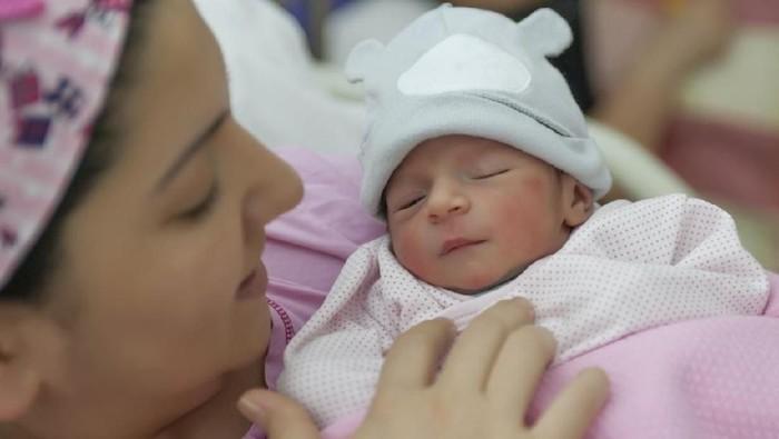 Seorang ibu sedang memeluk bayinya yang baru lahir terlepas dari jenis kelaminnya. Foto: iStock