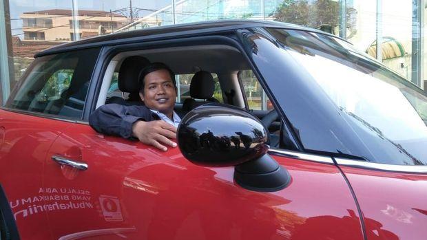 Dedi Heriyadi, seorang pengemudi ojek online (ojol) resmi menjadi pemilik MINI Cooper.