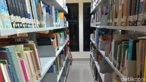Koleksi buku dan jurnal di Gedung Balitbangkes.