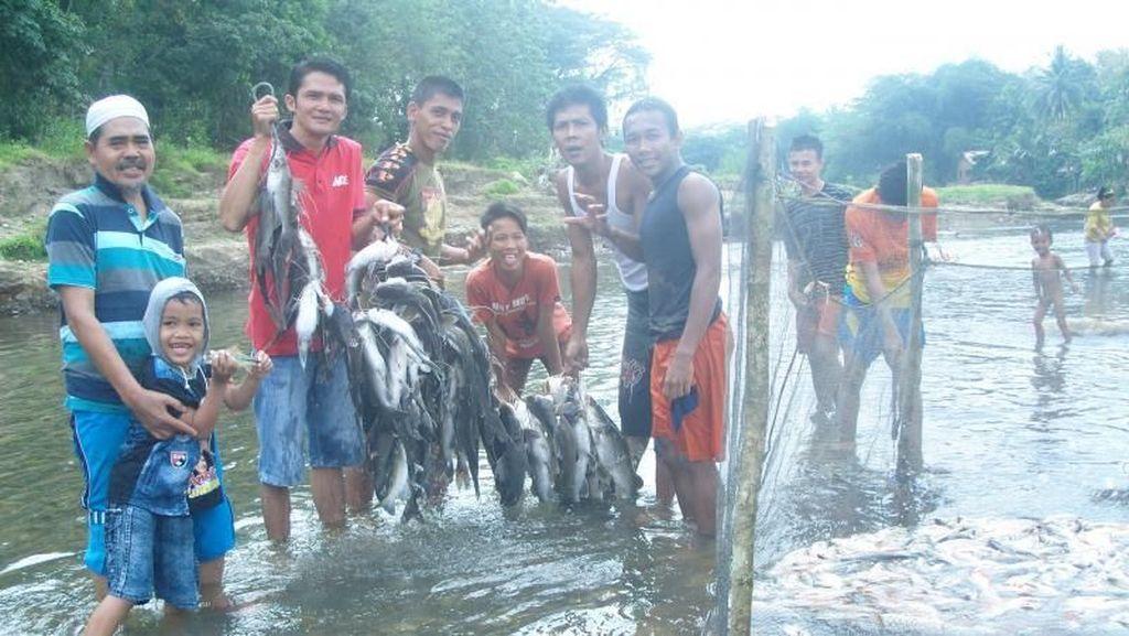 Tradisi Tangkap Ikan yang Heboh dan Unik di Lahat