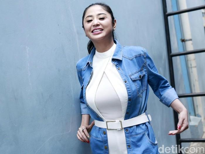 Dewi Perssik saat ditemui di studio Trans TV.