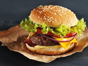 Ini 7 Kesalahan yang Sering Kamu Lakukan Saat Makan Burger