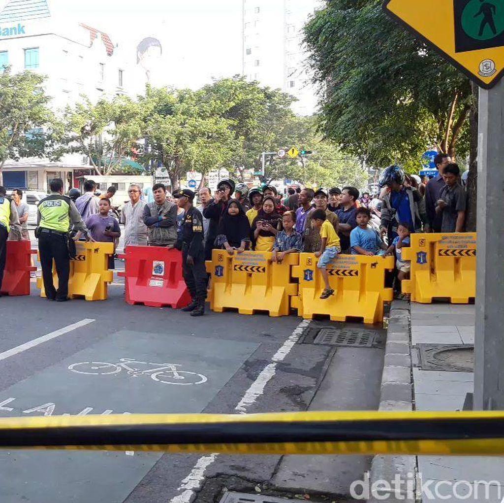 Jalan Ambles di Jalan Gubeng Jadi Tontonan Warga
