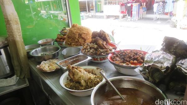 Warung Enak menyajikan makanan tradisional Bali. Ada nasi campur Bali, ayam betutu, ayam panggang, grangasem ayam kampung, pepes ayam, telor ceriwis dan sambel mentah (Fitraya/detikTravel)