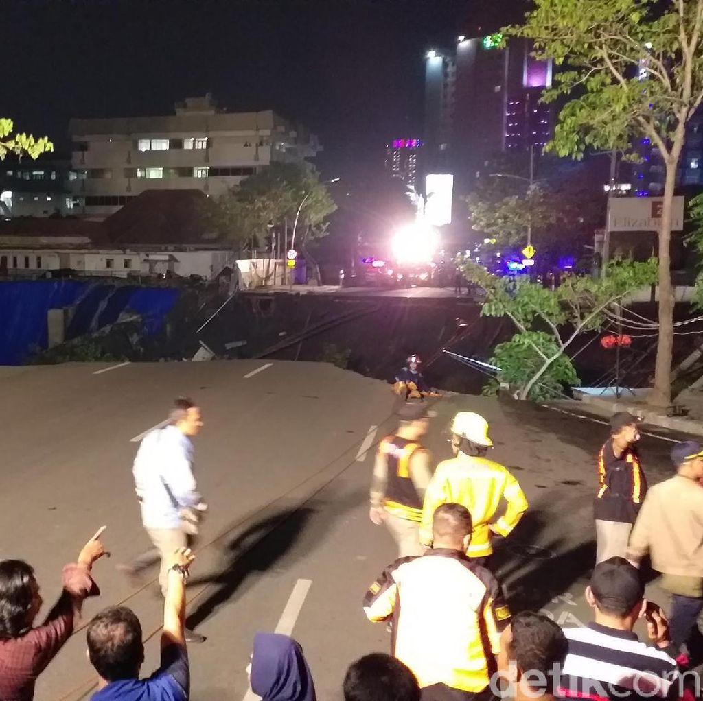 Petugas Sisiri Lokasi Amblesnya Jalan Gubeng