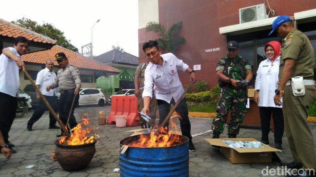 Pemkot Semarang Bakar Habis 28 Ribu e-KTP Tak Valid