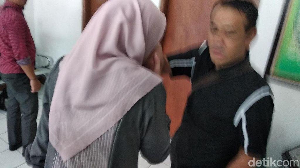 Bertemu Suami Sebelum Sidang, Inneke Koesherawati Cium Tangan