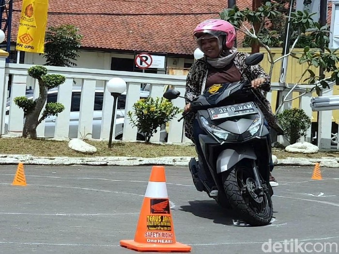 Puluhan emak-emak di Kota Sukabumi ikut serta dalam mempraktikan cara mengendarai motor. Seperti apa aksi emak-emak itu? Yuk, lihat.