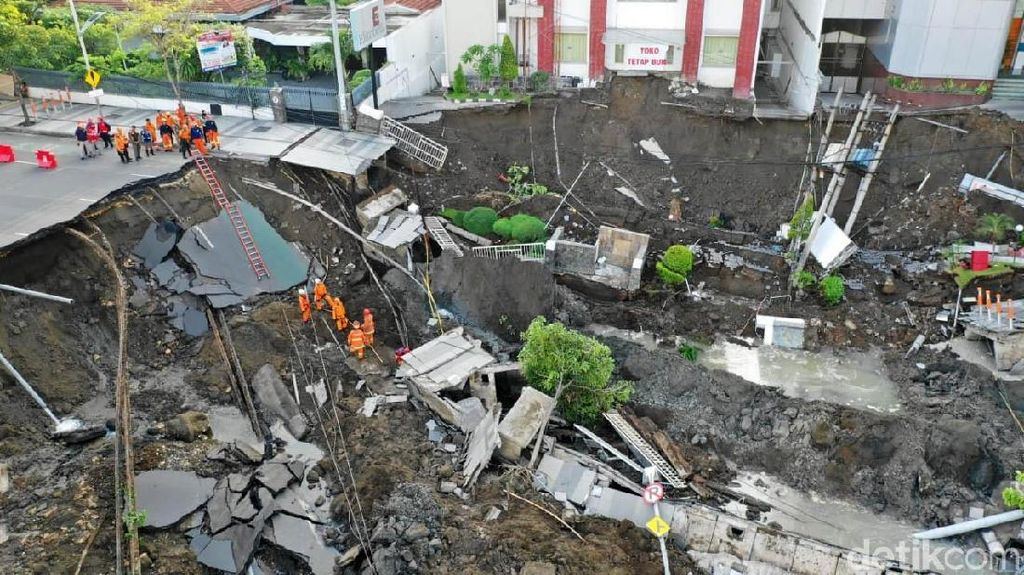 PLN Masih Evakuasi Tiang dan Trafo yang Ikut Ambles di Jalan Gubeng
