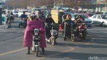 Musim Dingin di China, Naik Sepeda Listrik Pakai Selimut