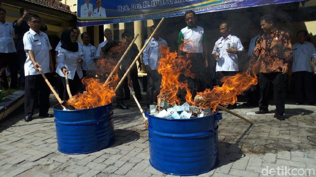 Video Puluhan Ribu KTP Dibakar di Ponorogo
