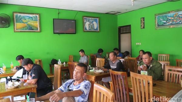 Suasana warung cukup ramai, tapi bukan oleh turis, melainkan warga lokal. Jl Mataram memang banyak tempat kos karyawan yang bekerja di Kuta dan Legian (Fitraya/detikTravel)