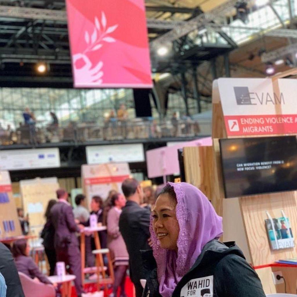 Yenny Wahid Bicara soal Baju Tulisan Arab Pegon Tetap Jokowi