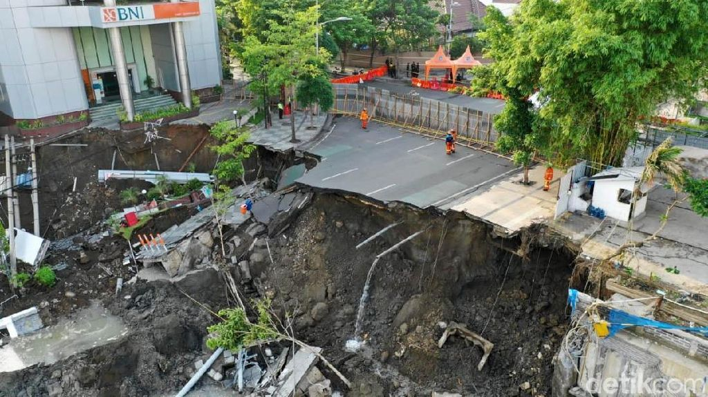 Listrik Toko Tas dan Bank Dekat Jalan Ambles di Gubeng Masih Padam