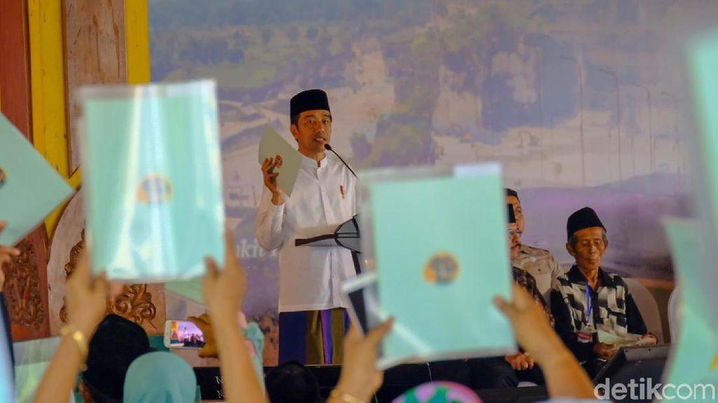 Jokowi Serahkan 2.050 Sertifikat Tanah di Madura