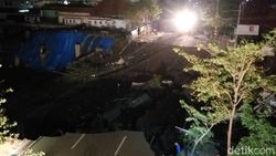 Diduga karena Proyek RS, Jalan Gubeng di Surabaya Ambles