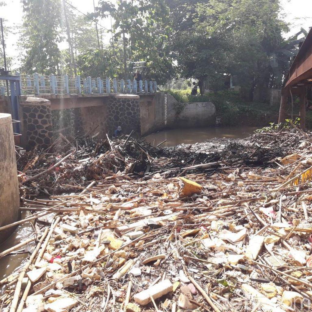Bendungan Koja Bekasi Dipenuhi Sampah