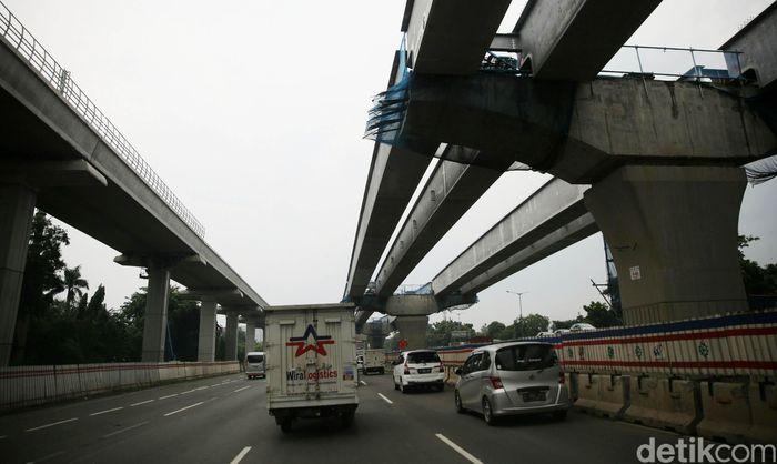 Pekerja mengerjakan proyek Tol Jakarta-Cikampek Elevated atau layang di kawasan Bekasi, Jawa Barat pada Selasa (18/12/2018).