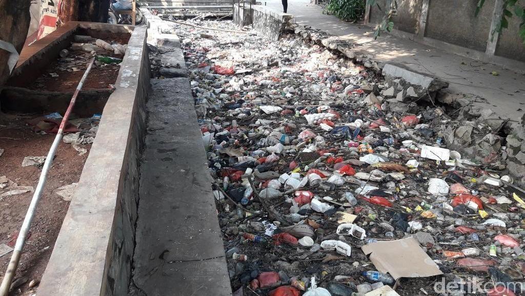 Foto: Sampah Penyebab Macetnya Aliran Kali Pengairan Bekasi