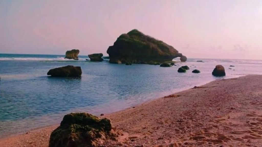 Menanti Sunset Sambil Kulineran di Pantai Ngandong