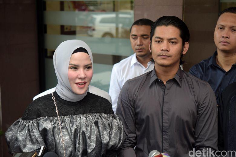 Angel Lelga dan Fiki Alman saat ditemui di Polres Jakarta Selatan pada Rabu (19/12).Pool/Noel/detikFoto.
