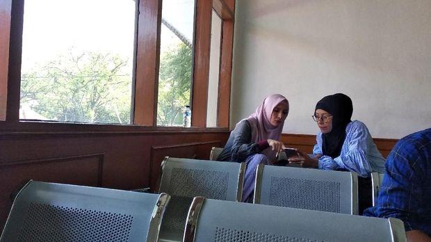 Berhijab Pink, Inneke Koesherawati Hadiri Sidang Suaminya