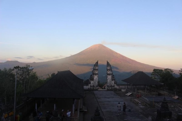 Pura Lempuyang adalah salah satu pur tertua dan dihormati di Bali. Setara dengan Pura Besakih, Pura Lempuyang biasa juga disebut dengan The Mother Temple of Bali. Pura ini berada di Kecamatan Abang, Kabupaten Karangasem.(Brigida Emi Lilia/dTraveler)