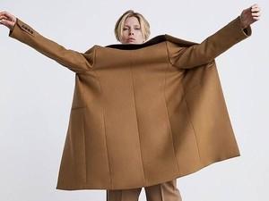 Zara Ditertawakan karena Tampilkan Model Pakai Blazer Terbalik