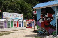 Pantai Primadona Maluku Tengah Kini Berwarna-Warni