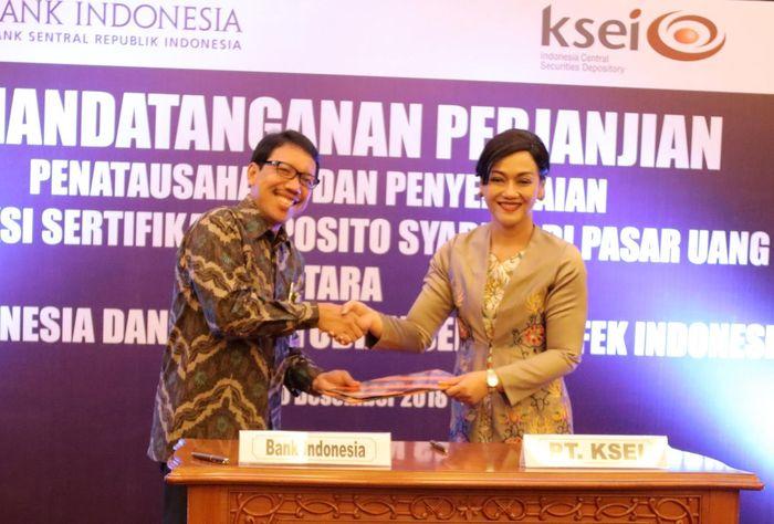 Penandatanganan Perjanjian Kerja sama itu dilakukan oleh M. Anwar Bashori (Kepala Departemen Ekonomi dan Keuangan Syariah (DEKS) Bank Indonesia) dan Friderica Widyasari Dewi (Direktur Utama KSEI) disaksikan Arif Budiman (Deputi Direktur Pengawasan Transaksi Efek OJK). Foto: dok. KSEI