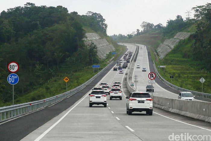 Sejumlah kendaraan melintas di Tol Trans Jawa yang membentang dari Jakarta hingga Surabaya, Kamis (20/12/2018).