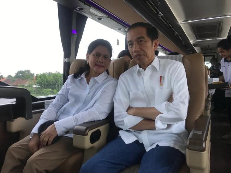 Jokowi dan Iriana di dalam bus Damri. Foto: Dok. Istimewa