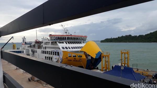 Pelayanan di dalam kapal juga premium. Begitu pula waktu tempuh Merak-Bakauheni yang hanya 1 jam perjalanan laut, lebih cepat dari kelas reguler (M Iqbal/detikTravel)
