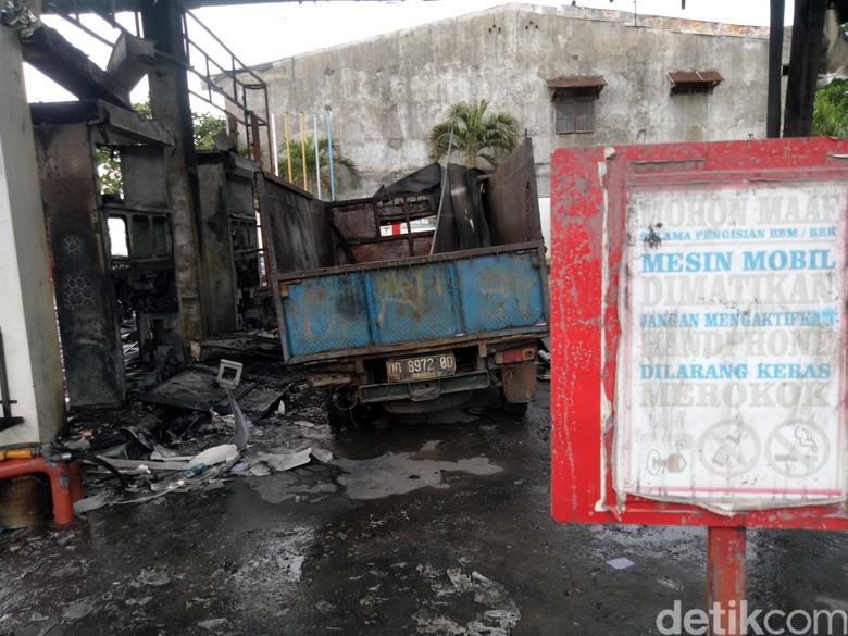 Penampakan SPBU Terbakar di Makassar. Foto: Ibnu Munsir