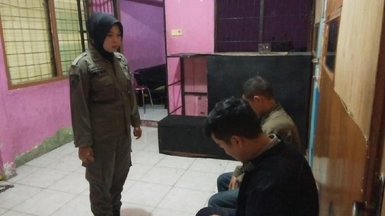 Pasangan Homo Digerebek Satpol PP Padang 4402ba78a5