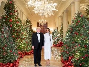 Ada yang Ganjil di Kartu Natal Trump Tahun Ini, Apa Itu?