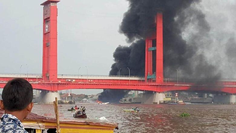 Kapal Bbm Meledak Di Bawah Jembatan Ampera 7 Orang Luka Bakar