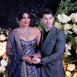 Gelar Resepsi Kedua, Priyanka Chopra Cantik dan Seksi Bergaun Biru Royal