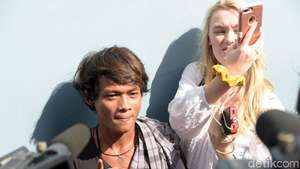 Indah Kalalo Gandeng Bule Australia