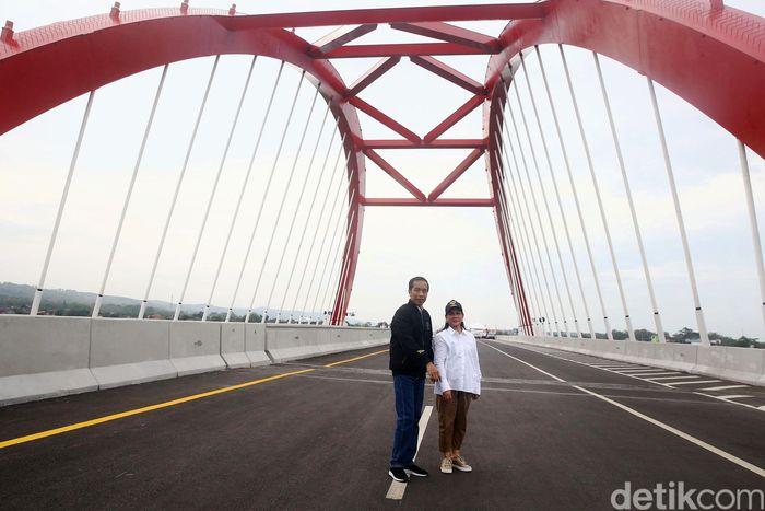 Jokowi dan Iriana foto bersama di atas Jembatan Kalikuto, Jawa Tengah, Kamis (20/12/2018).