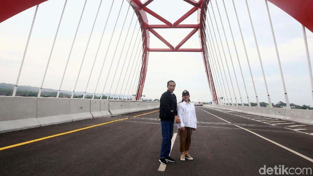 Momen Jokowi dan Iriana di Jembatan Kalikuto