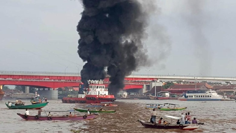 Kapal BBM Meledak di Bawah Jembatan Ampera